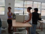 Tânia e Priscila desmontando PCs AT