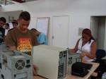 Renan e Kelly desmontando PCs AT