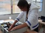 Thaís desmontando um PC vivo