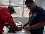 Anderson e Jonas desmontando um PC vivo