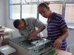 Gilnerto e Priscila desmontando um PC vivo