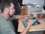 Danilo mostrando como se encaixa um processador